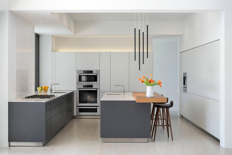 Modello di cucina bianca e grigia moderna n.18