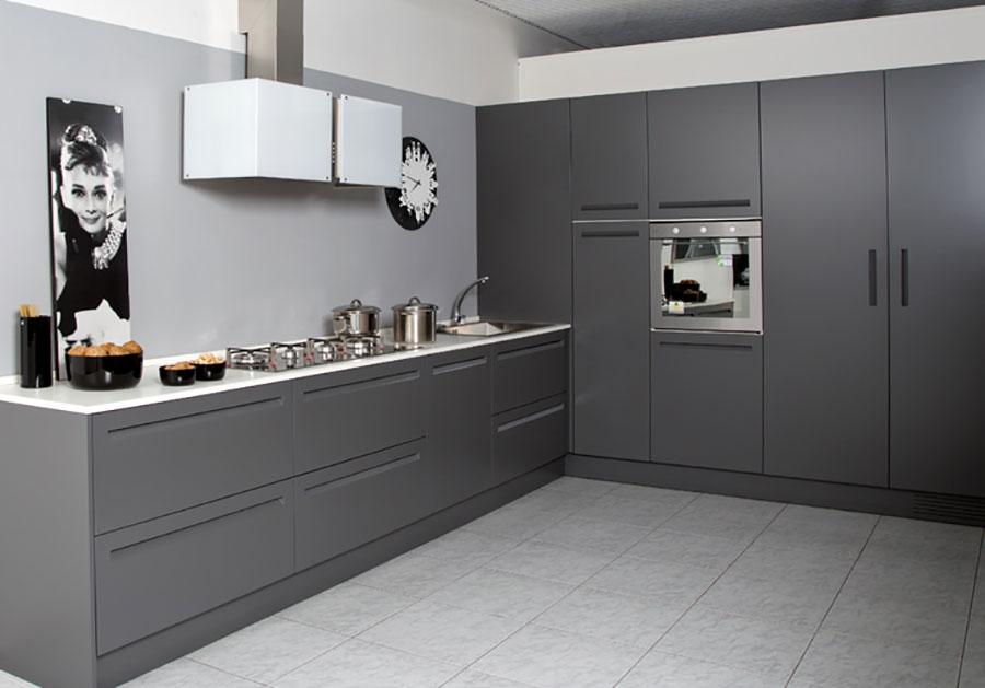 Modello di cucina bianca e grigia opaca n.03