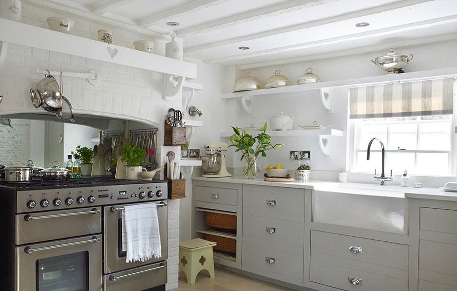 Modello di cucina bianca e grigia shabby chic n.04