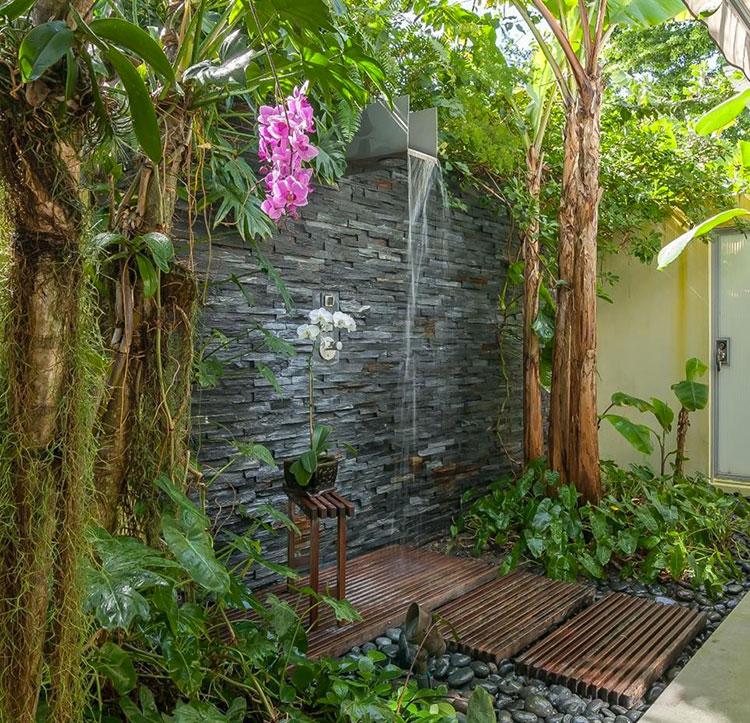 Doccia da giardino da sogno 20 idee per creare un angolo for Douche exterieure murale