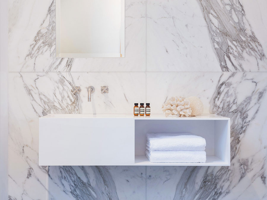 Modello di mobile bagno bianco lucido n.01