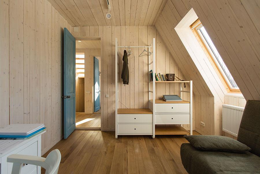 Idee per arredare una camera da letto in legno in mansarda n.03