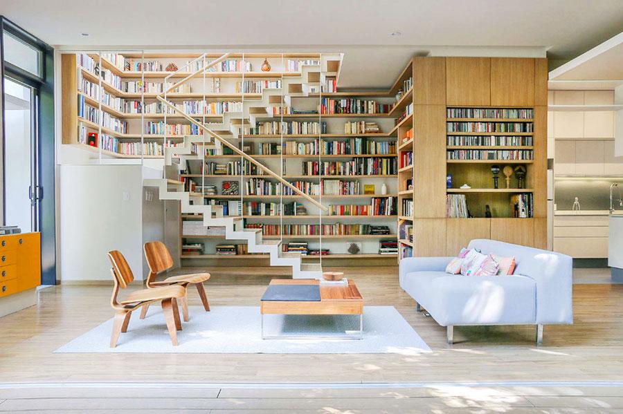 Idee per arredare il soggiorno con una libreria a parete n.01