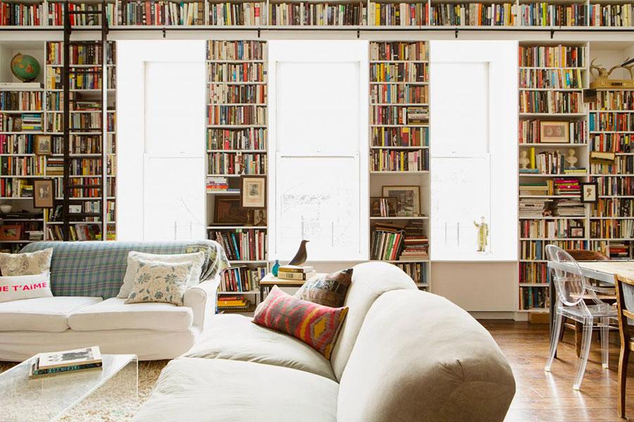 Idee per arredare il soggiorno con una libreria a parete n.05