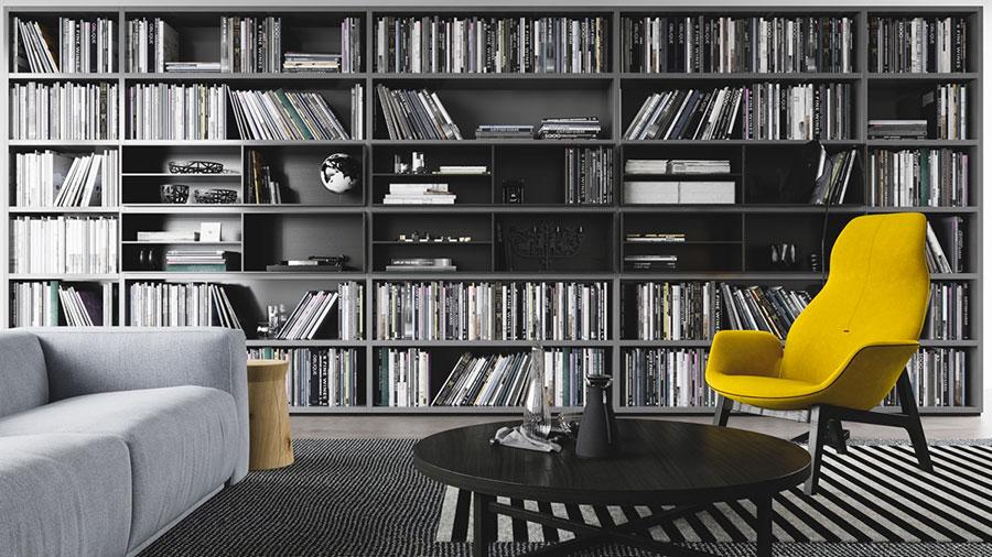 Idee per arredare il soggiorno con una libreria a parete n.12