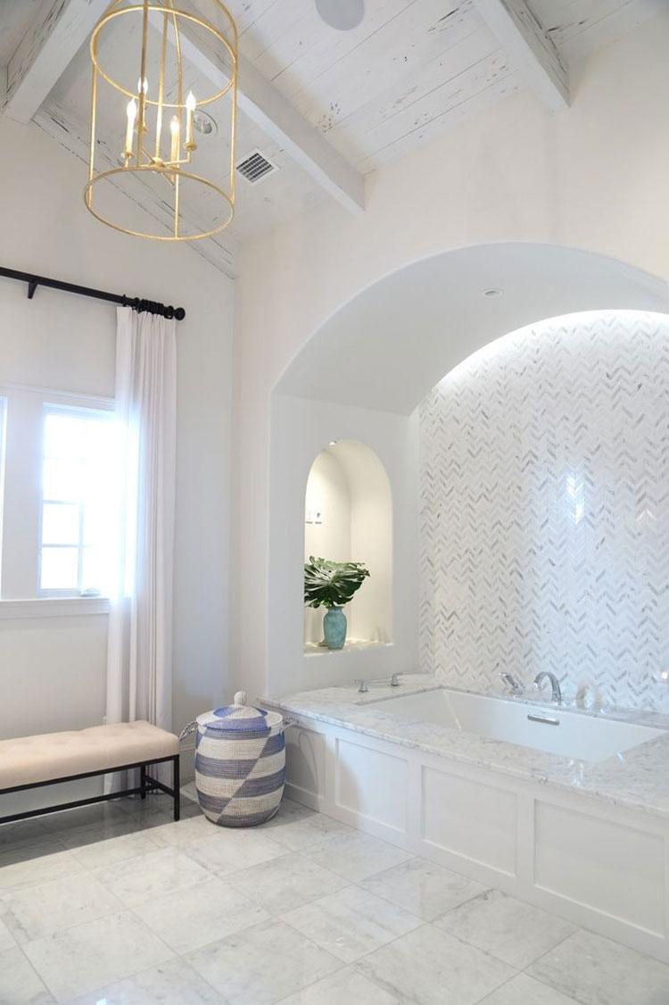 Idee per arredare un bagno classico bianco n.10
