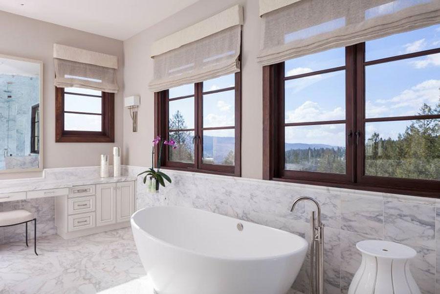 Idee per arredare un bagno classico bianco n.14