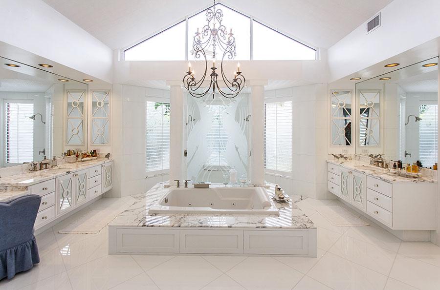 Idee per arredare un bagno classico bianco n.17