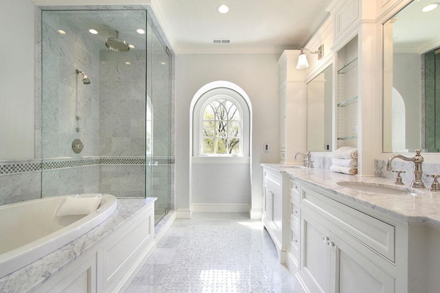 Idee per arredare un bagno classico bianco n.19