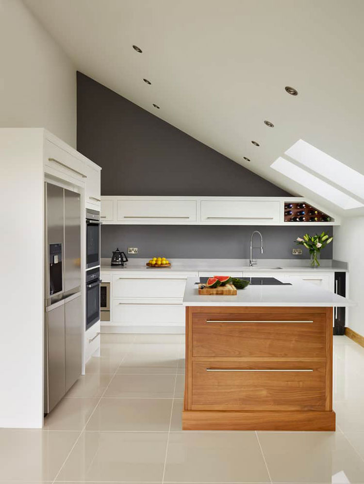 Idee per arredare una cucina con isola in mansarda n.01