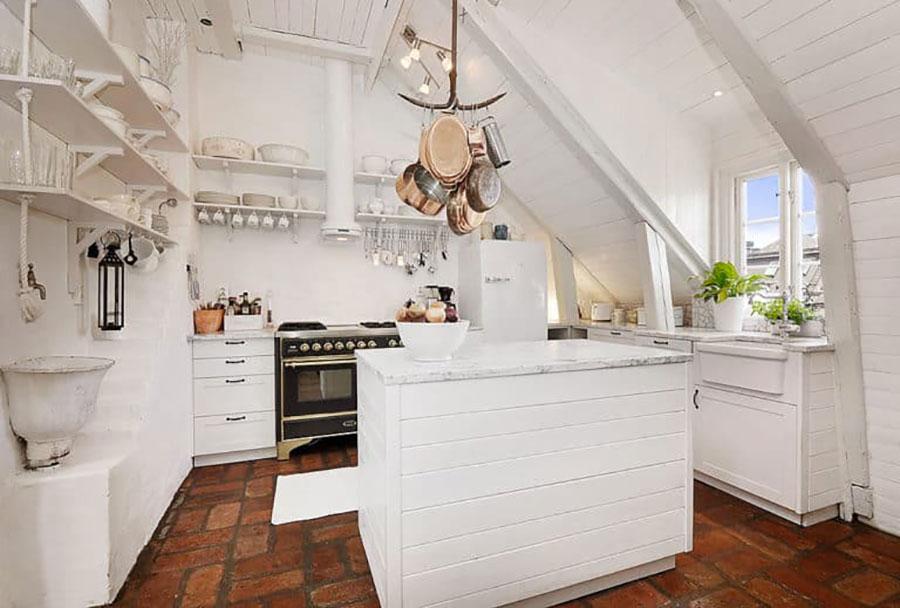 Idee per arredare una cucina con isola in mansarda n.02