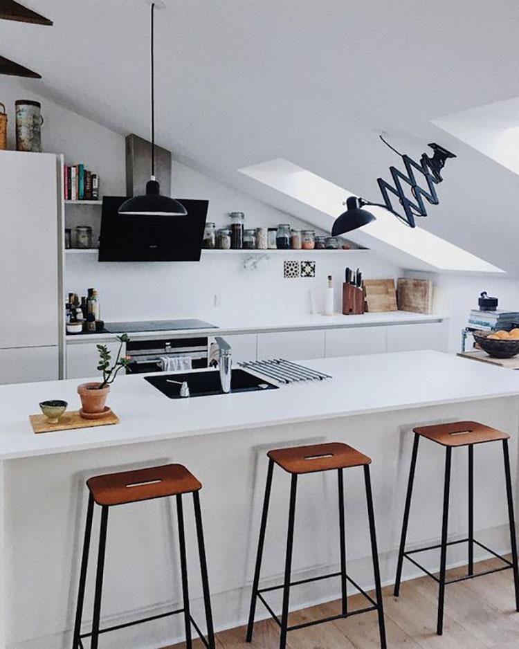 Idee per arredare una cucina con isola in mansarda n.03