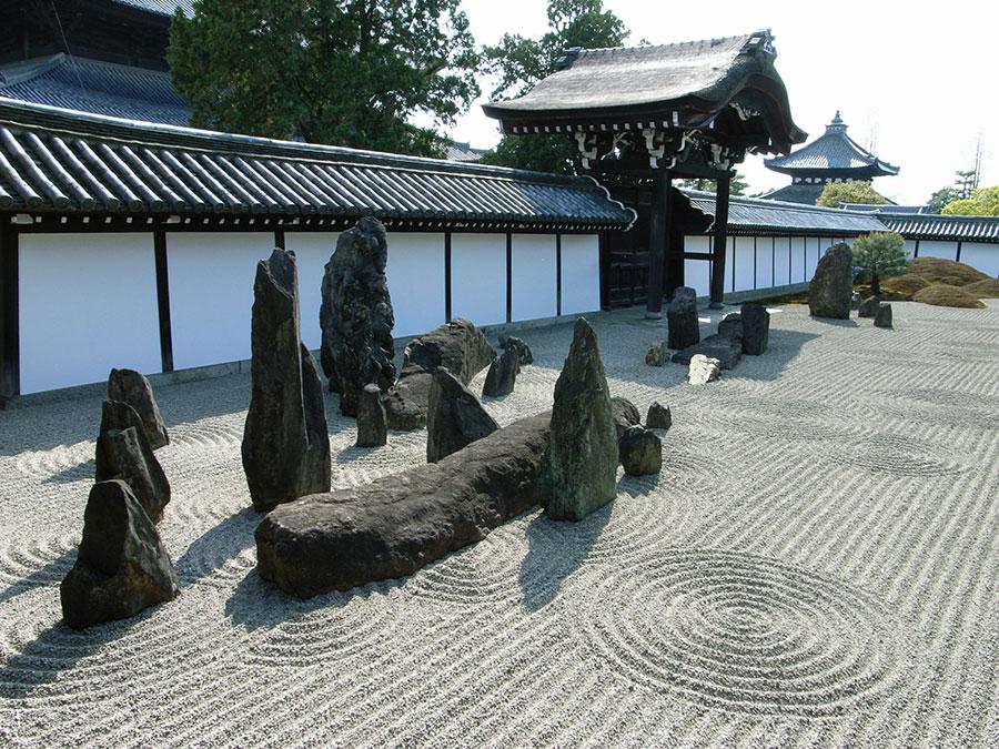 Giardino zen con pietre e sabbia
