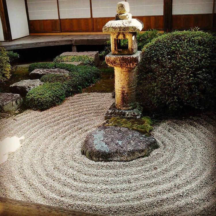 Giardino zen con pietra Shintai