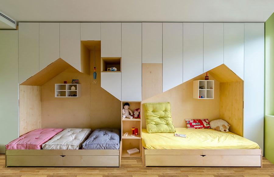 Cameretta con due letti a terra per bambini n.04