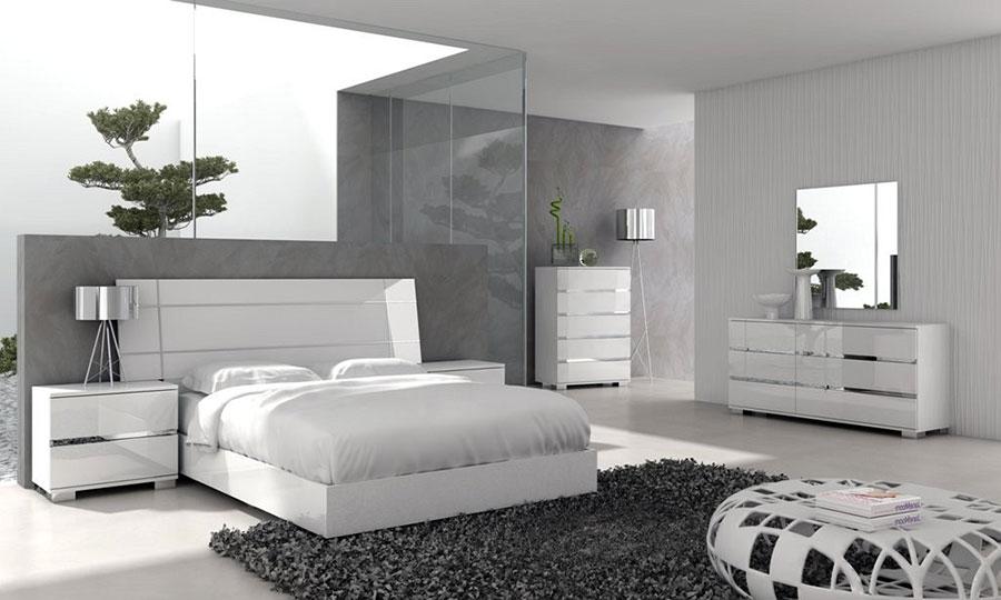 20 idee per arredare una camera da letto bianca e grigia for Parete attrezzata bianca e nera