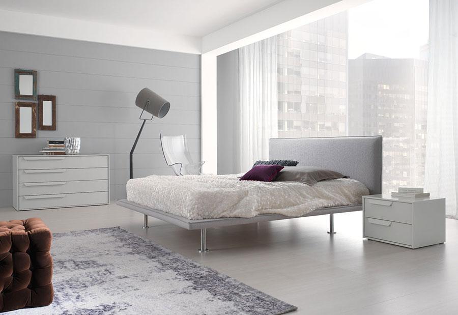 Arredamento per camera da letto bianca e grigia n.16