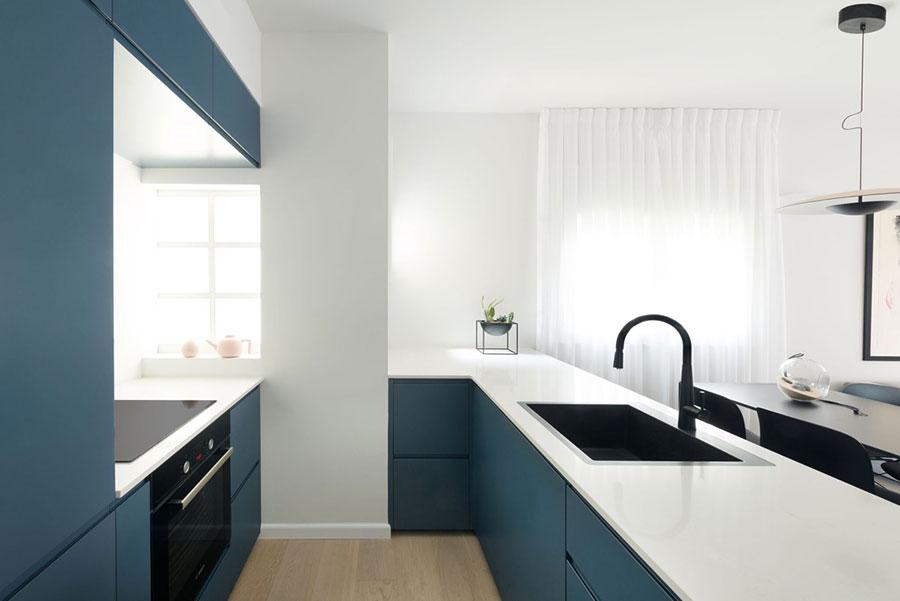 Idee per arredare una cucina blu n.20