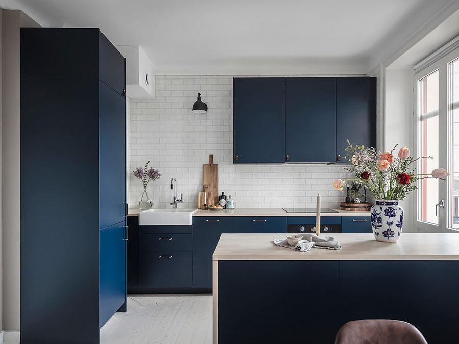 Idee cucina blu e bianca n.02