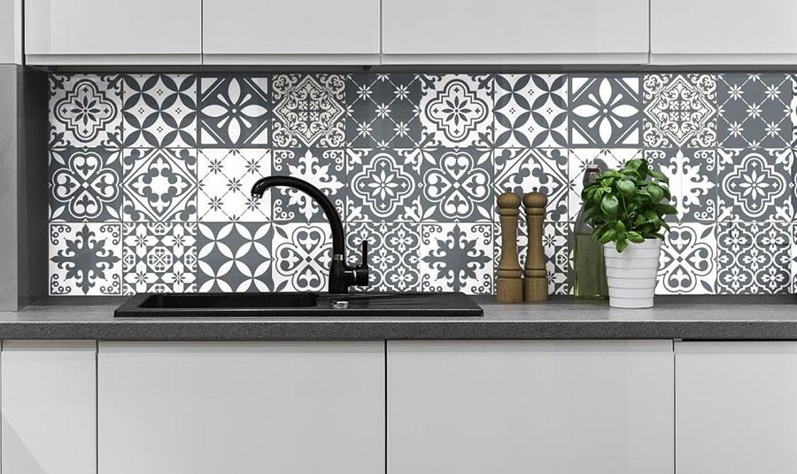 Piastrelle adesive per cucina 30 tipi di rivestimenti in for Scritte adesive cucina