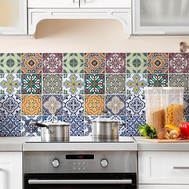Piastrelle adesive per cucina 30 tipi di rivestimenti in for Adesivi per mattonelle da cucina