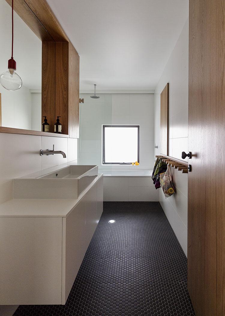 Idee per arredare un bagno stretto e lungo n.4