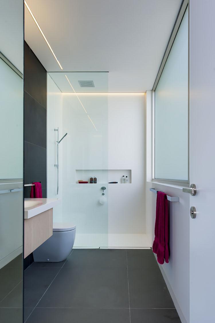 15 idee di design per arredare un bagno stretto e lungo for Arredare corridoio stretto e corto