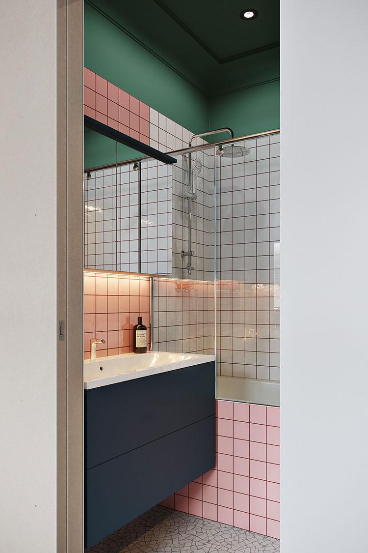 Casa con arredamento vintage nelle tonalità del rosso, blu e verde n.15