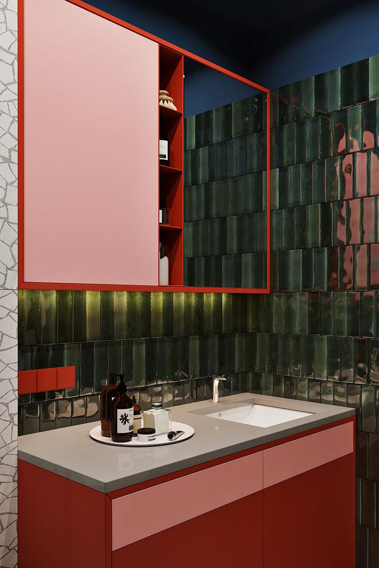 Casa con arredamento vintage nelle tonalità del rosso, blu e verde n.18