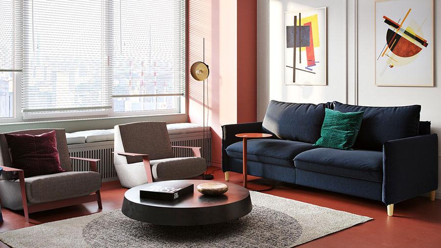 Casa con arredamento vintage nelle tonalità del rosso, blu e verde n.2