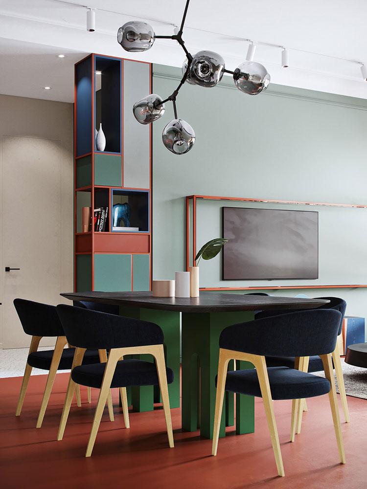Casa con arredamento vintage nelle tonalità del rosso, blu e verde n.5