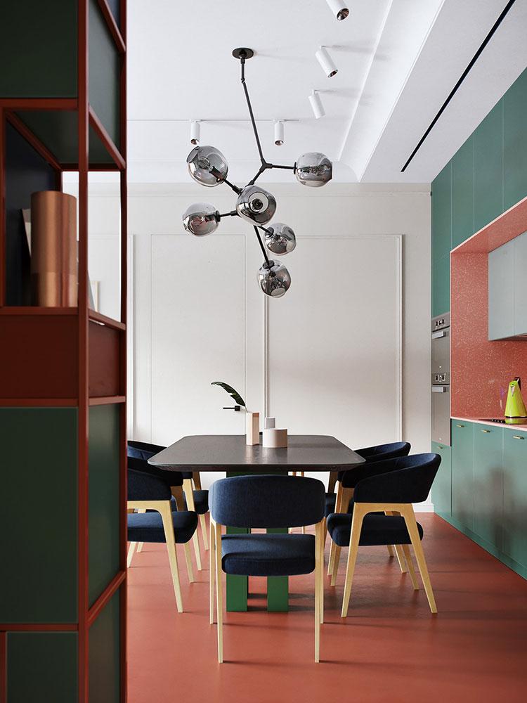 Casa con arredamento vintage nelle tonalità del rosso, blu e verde n.6