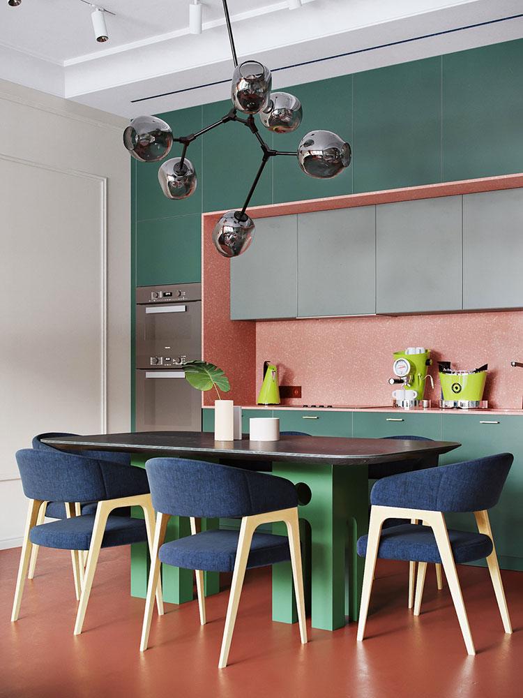 Casa con arredamento vintage nelle tonalità del rosso, blu e verde n.7