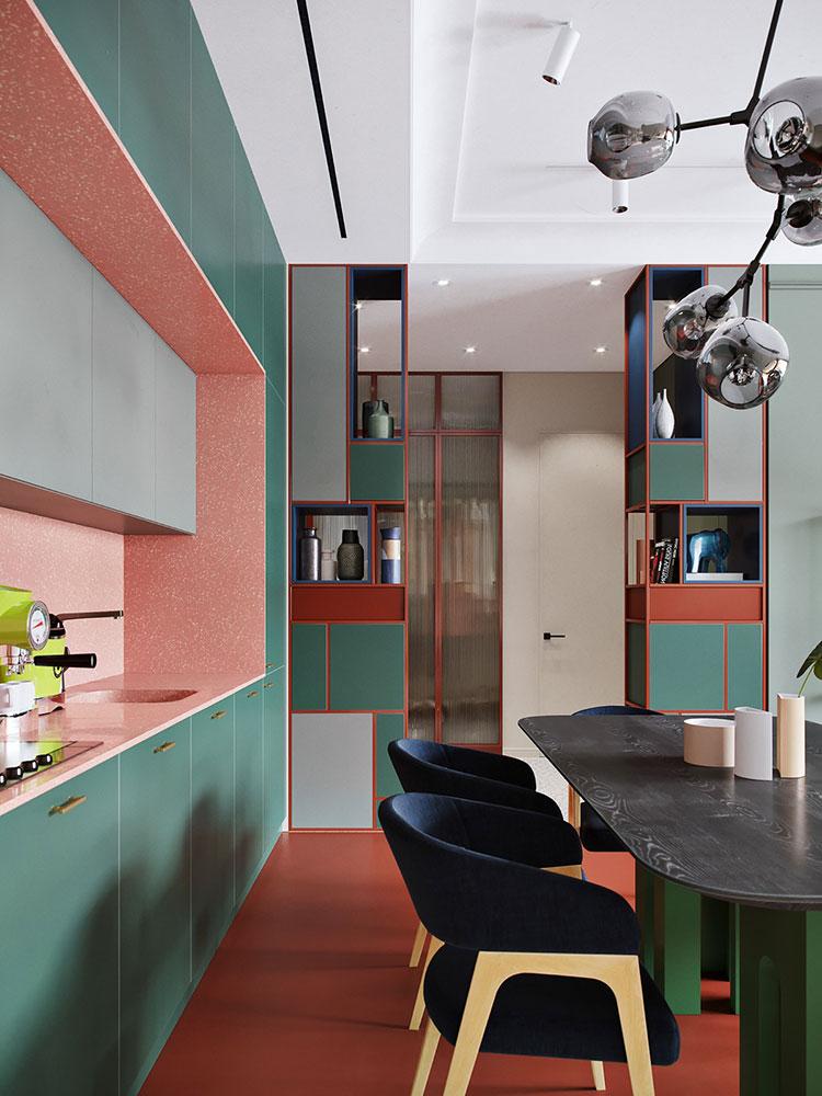 Casa con arredamento vintage nelle tonalità del rosso, blu e verde n.8