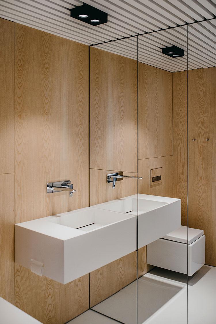 Arredamento per bagno bianco e legno n.02