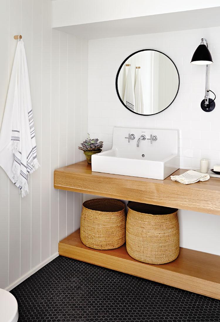 Arredamento per bagno bianco e legno n.11
