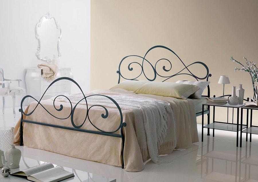 Modello di letto matrimoniale in ferro battuto marca Bontempi 01