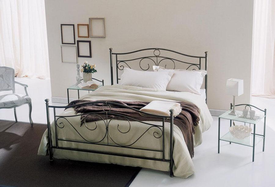 Modello di letto matrimoniale in ferro battuto marca Bontempi 02