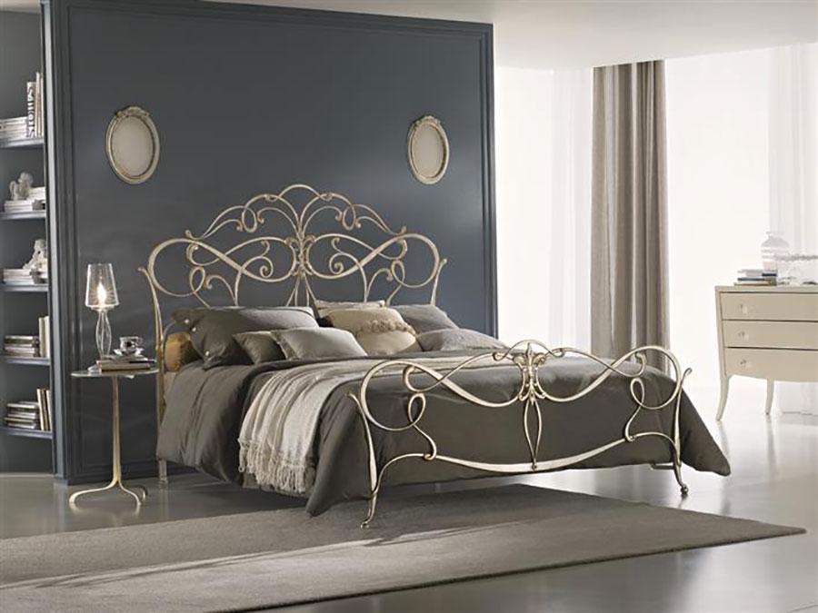 Modello di letto matrimoniale in ferro battuto marca Ciacci 01