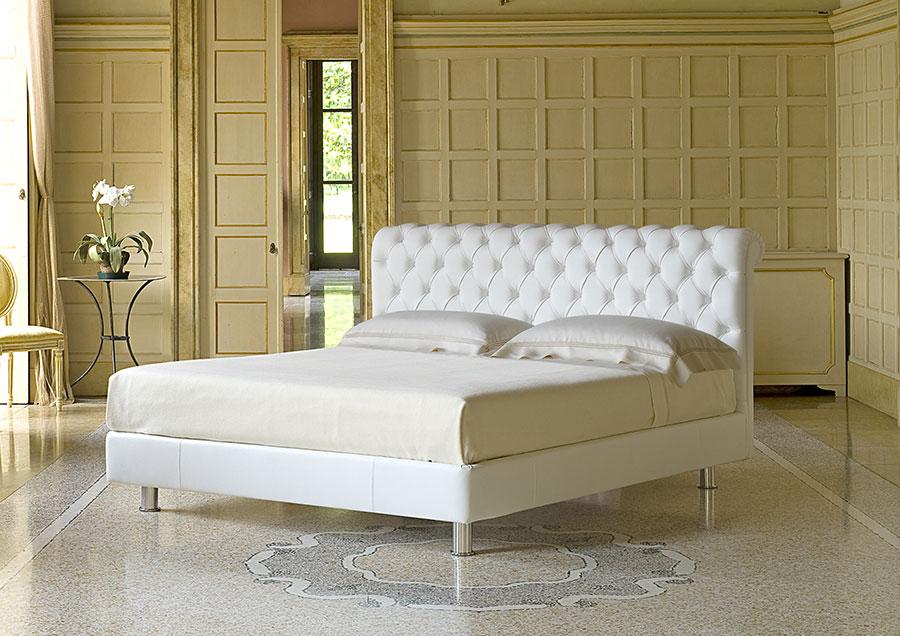 Modello di letto matrimoniale imbottito marca Berto 01