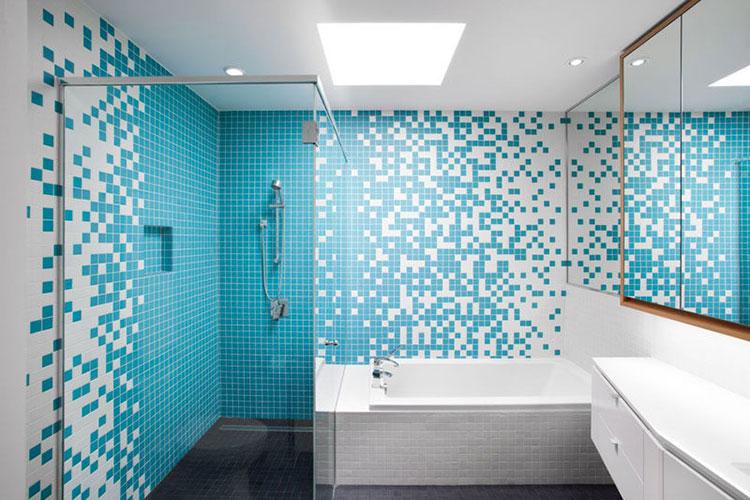 Abbinamento di bianco e blu per le pareti del bagno n.01