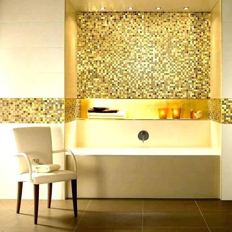 Abbinamento di bianco e oro per le pareti del bagno n.02