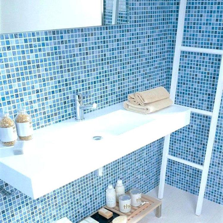 Abbinamento di blu e azzurro per le pareti del bagno n.01