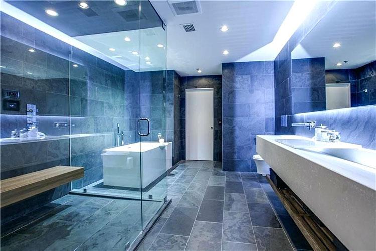 Abbinamento di blu e azzurro per le pareti del bagno n.02