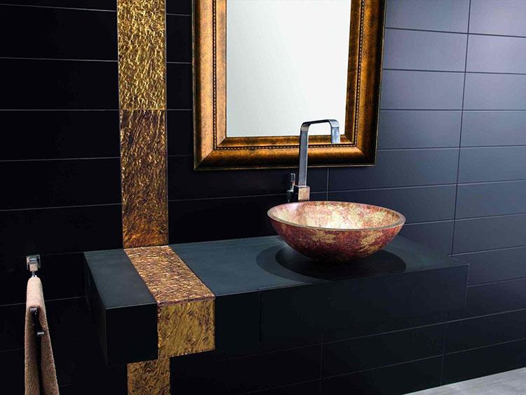 Abbinamento di nero e oro per le pareti del bagno n.01