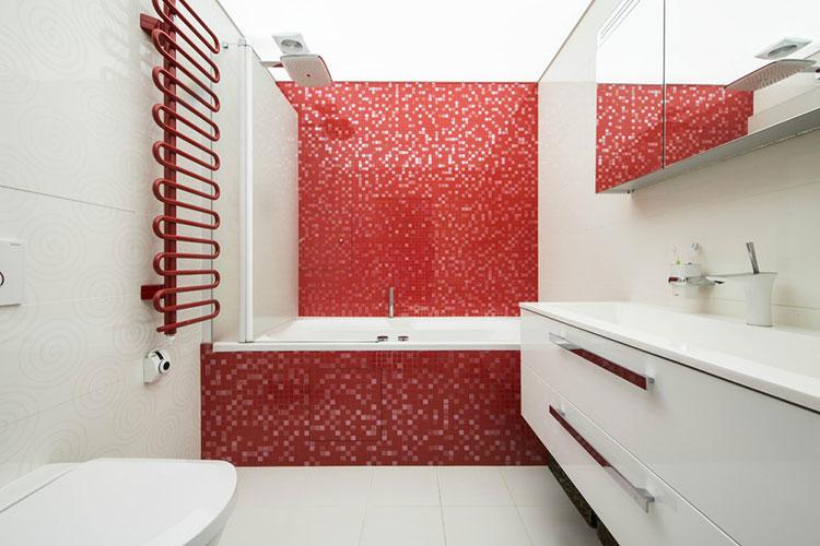 Abbinamento di rosso e bianco per le pareti del bagno n.02