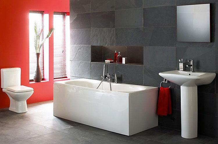 Abbinamento di rosso e grigio per le pareti del bagno n.01