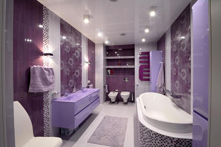 Abbinamento di viola e bianco per le pareti del bagno n.02