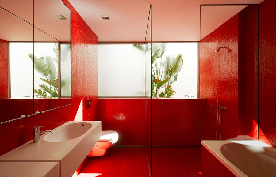 Bagno con pareti rosse n.01