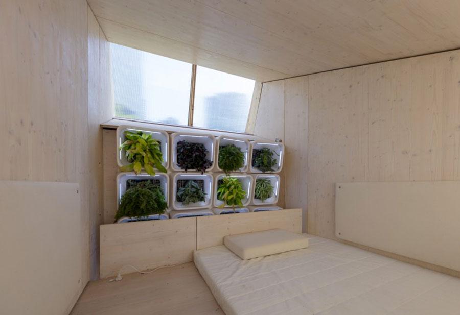 Veduta della camera da letto della casa in legno autosufficiente ed ecologica